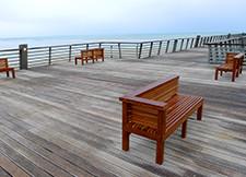 Mobilier urbain en bois pour bord de mer