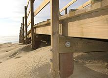 Ouvrage en bois en bord de mer