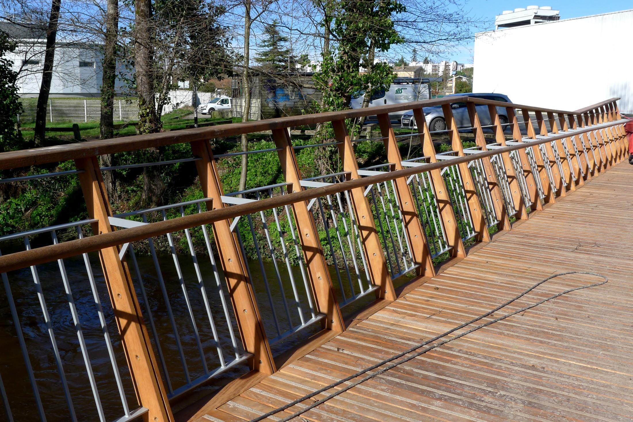 Fabricant de passerelle pont en bois public sle for Construire un garde corps