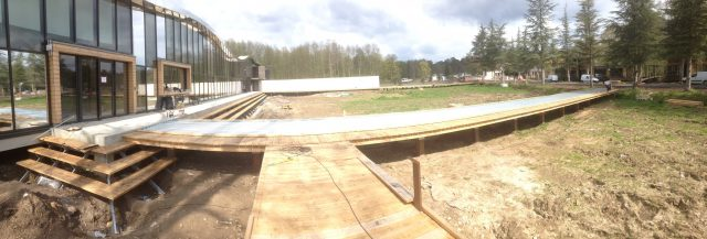 Pernod Ricard University Centre Learning, aménagements extérieurs bois, par SLE : ponton accueil